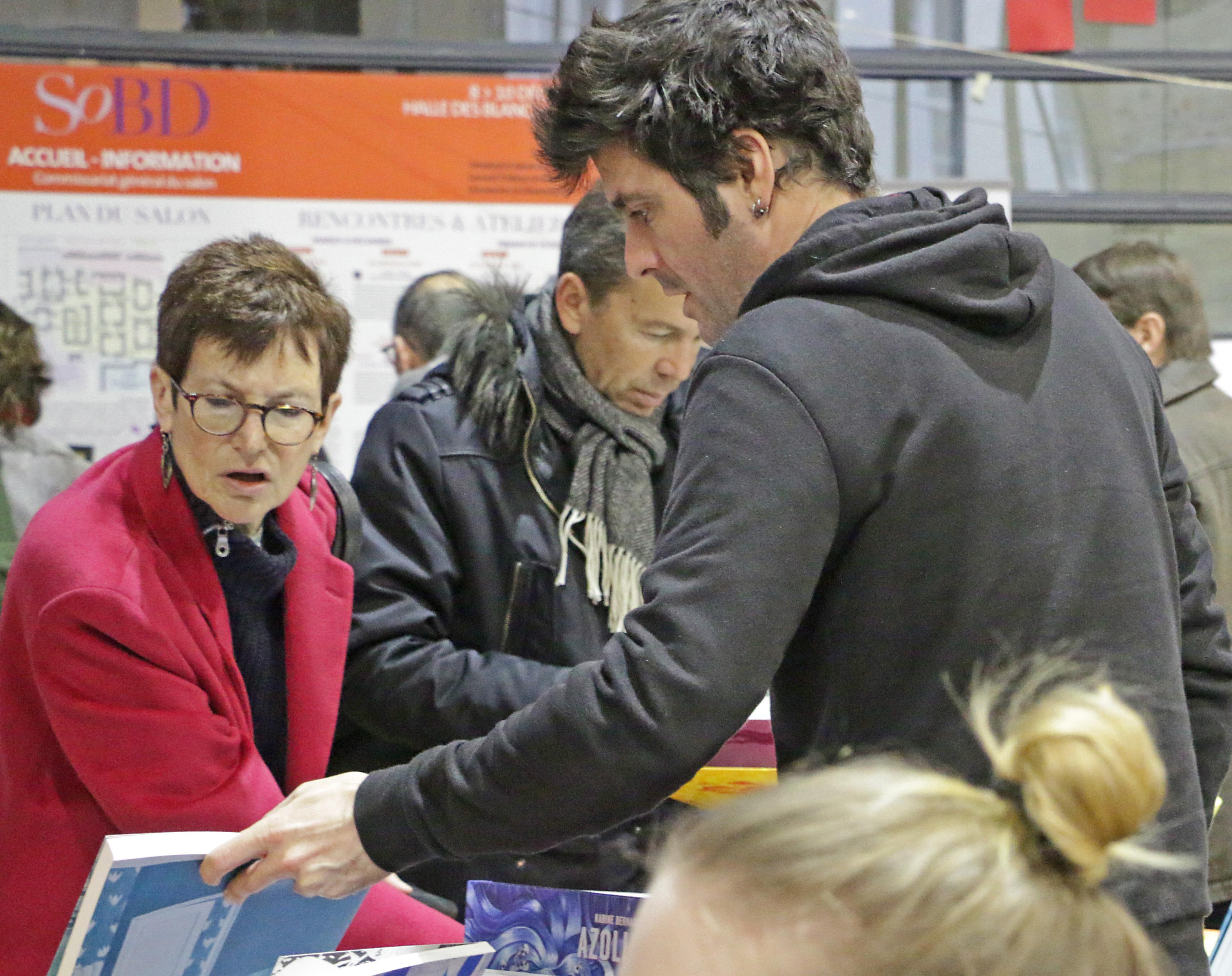 Ann Miller en visite sur le stand d'Atrabile