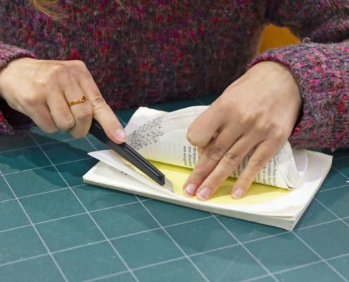 Atelier découpe de livre